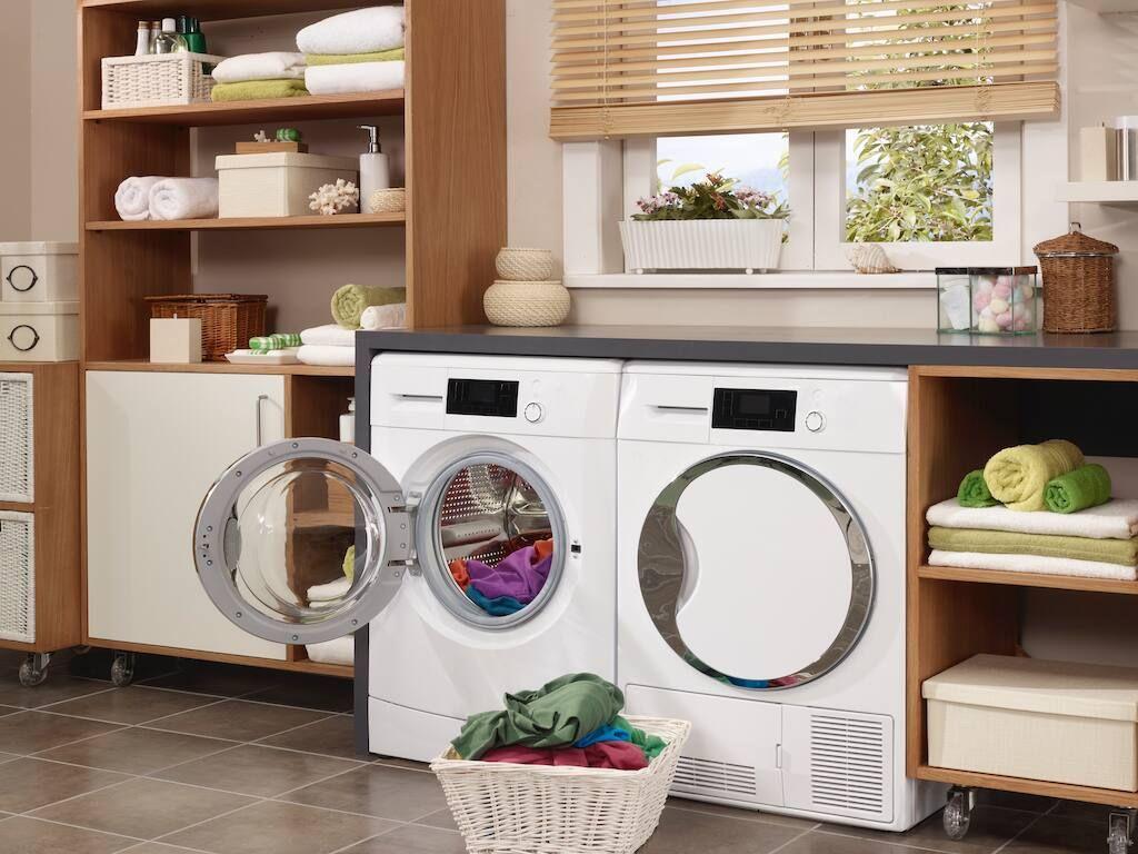 En prydlig och modern tvättstuga med en smart tvättmaskin och en torktumlare