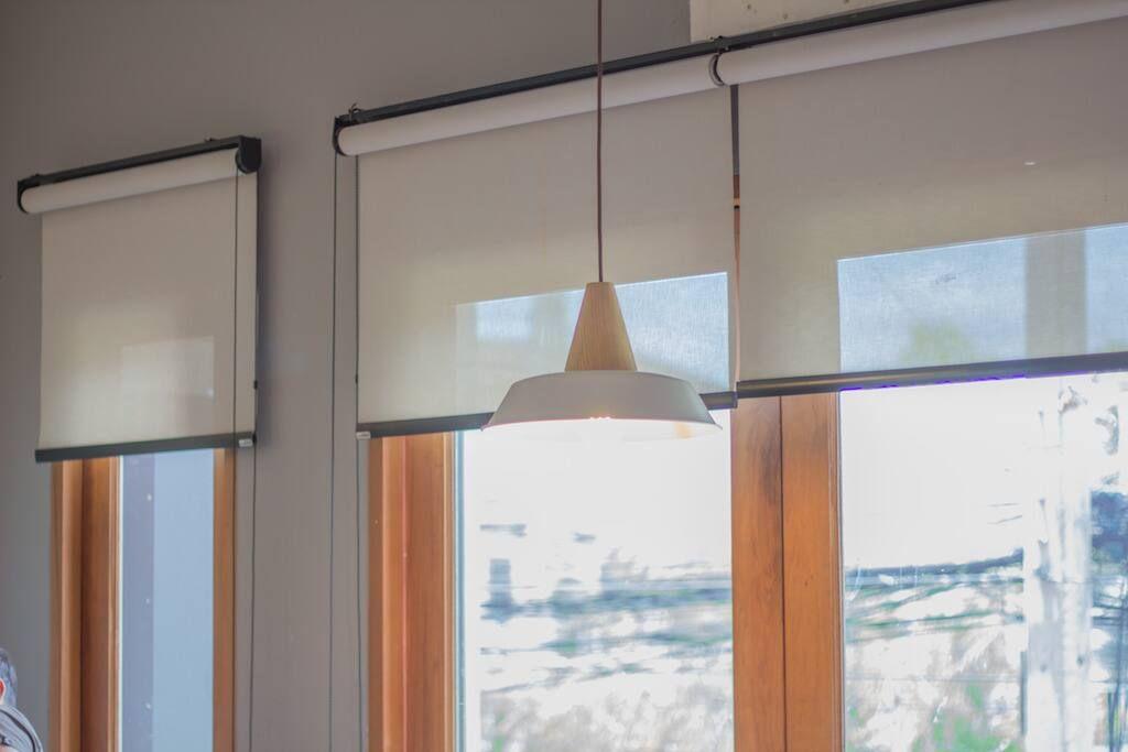 Tres ventanas con cortinas roller