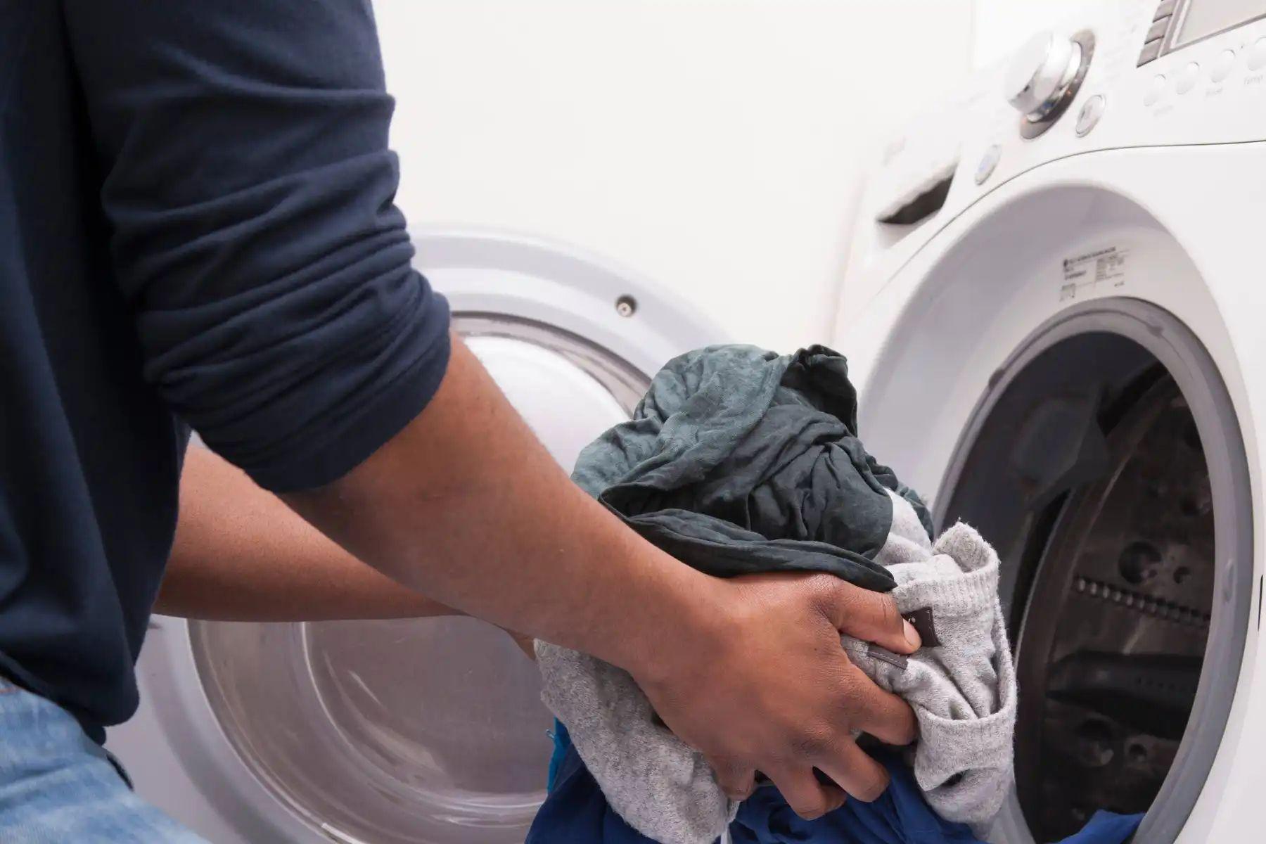 Vì sao quần áo giặt ở tiệm vừa sạch, vừa thơm?