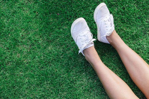 Bỏ túi 3 bước làm sạch giày vải trắng nhanh chóng
