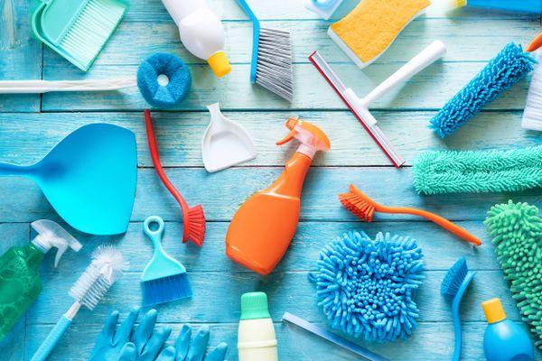 rengøringsmidler, squeegees, skovle og farvede børster