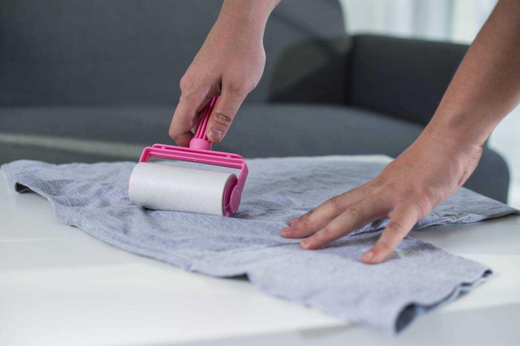 Step 2: Dùng cuộn băng dính, cây lăn bụi xử lý đám xù lông trên áo thun