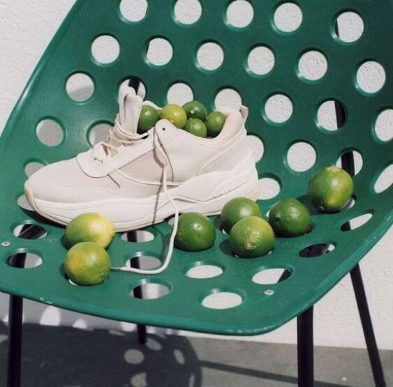 cách giặt giày thể thao với chanh