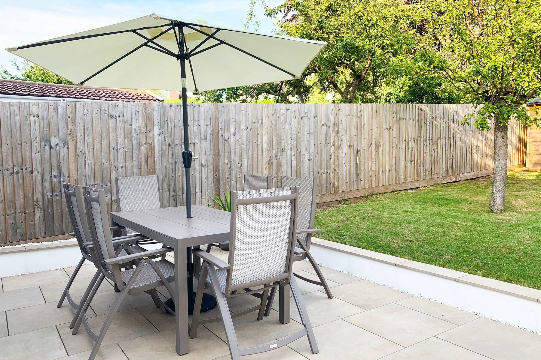 tavolo con ombrelone e albero in giardino