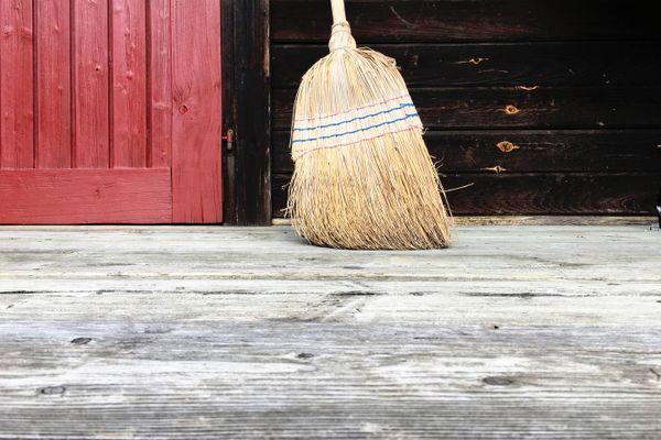 Holzboden mit Besen