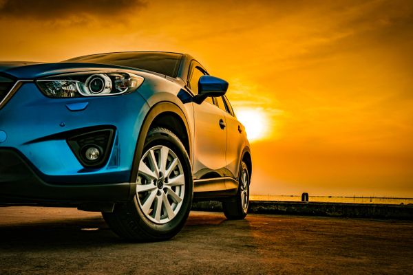 Blaues Auto im Sonnenuntergang