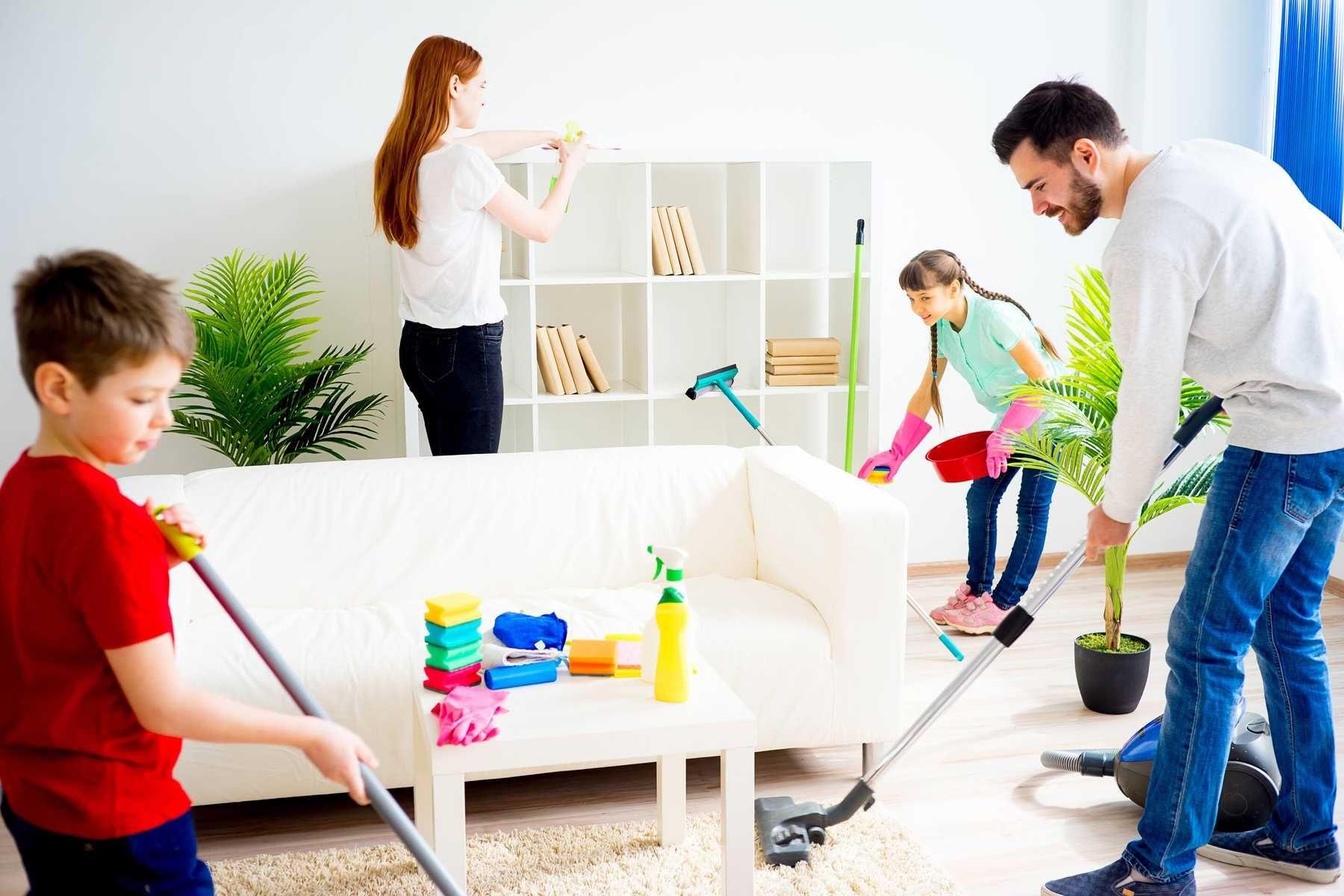 Các thành viên trong gia đình cùng nhau vệ sinh nhà cửa