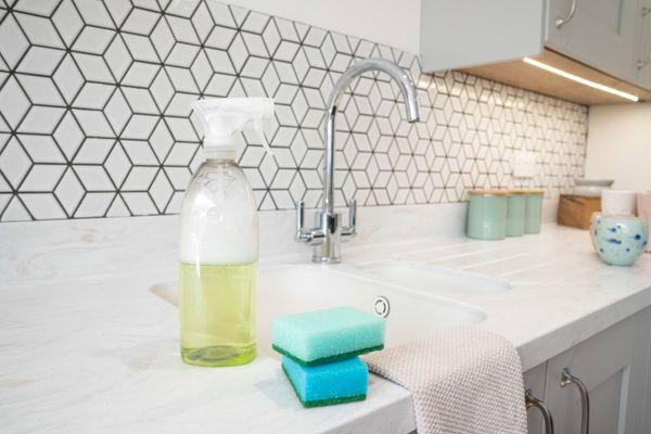 Garrafa com borrifador de desinfetante caseiro em cima da pia da cozinha