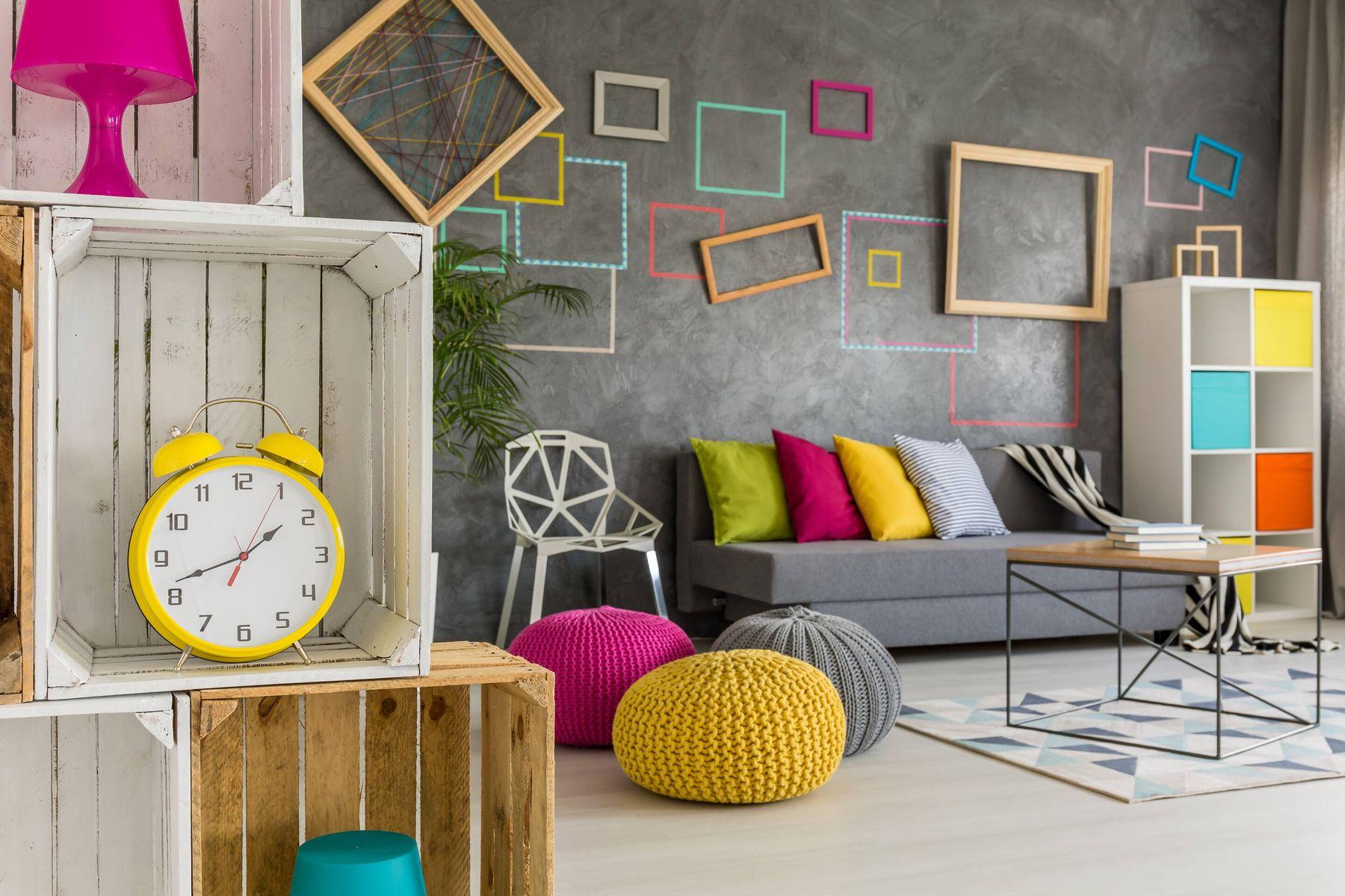 Chọn gam màu trầm để sơn tường phòng khách nhà ống