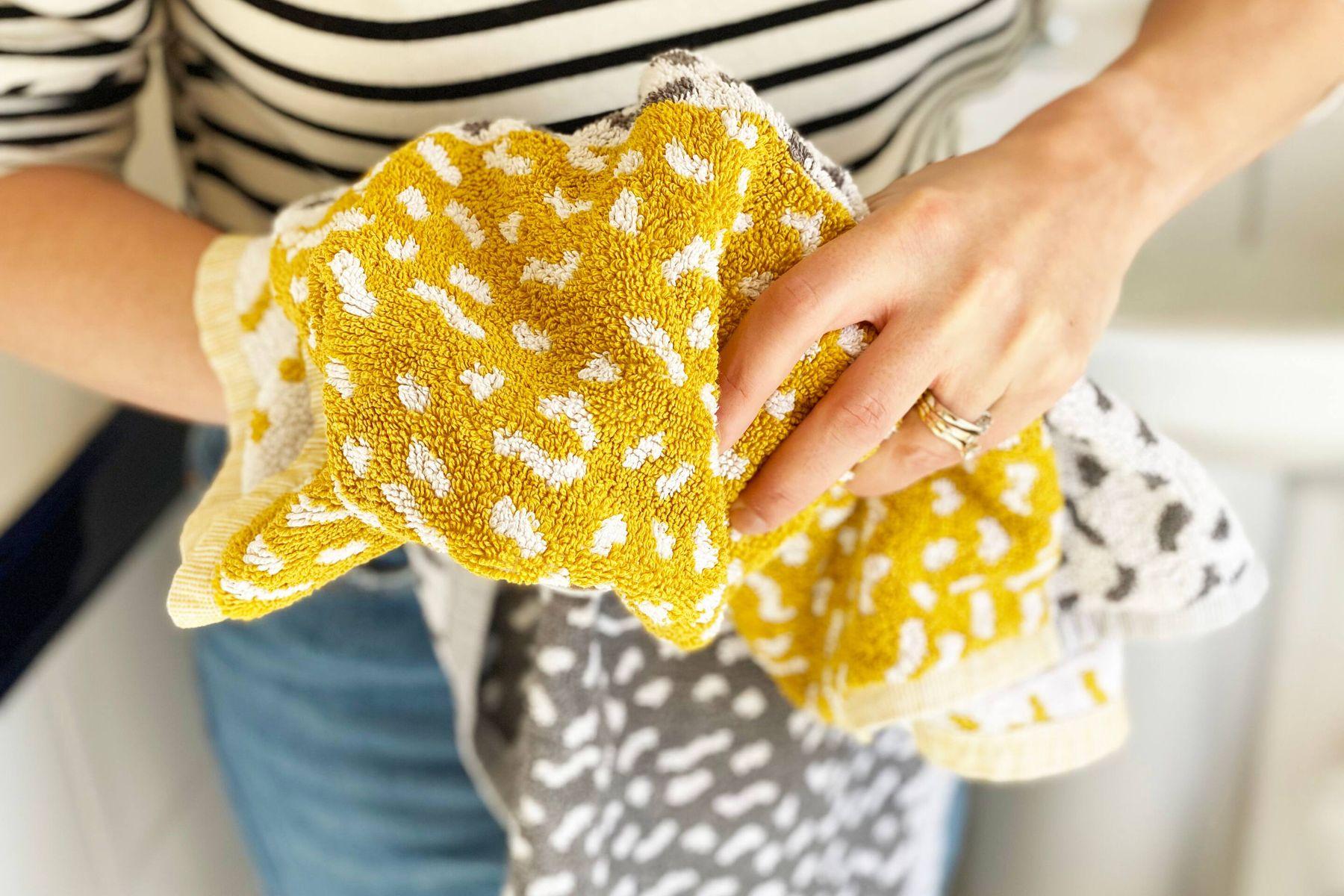 Havluyla elini kurulayan kadın