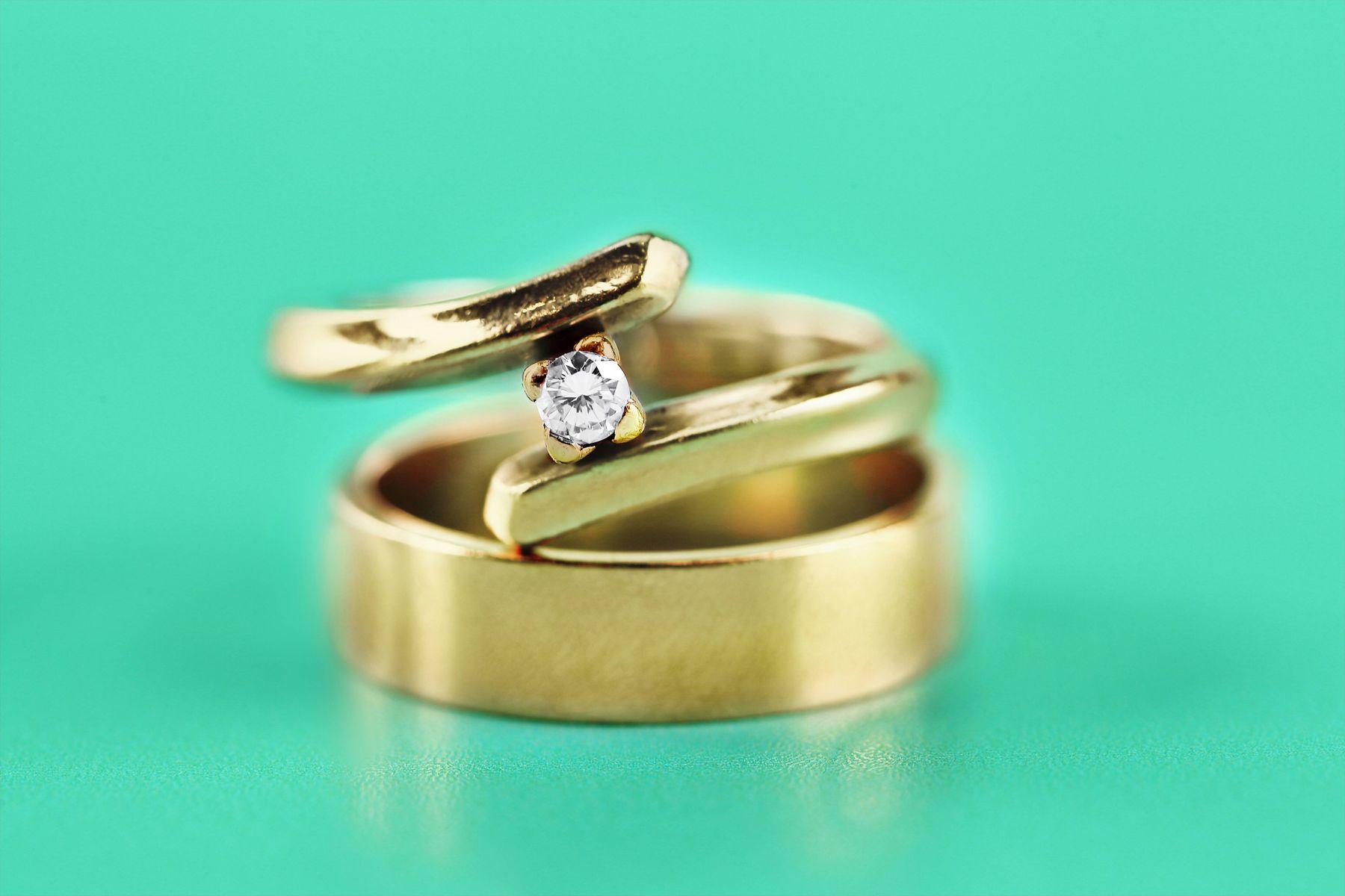 Aliança de ouro e anel de ouro com pedra preciosa