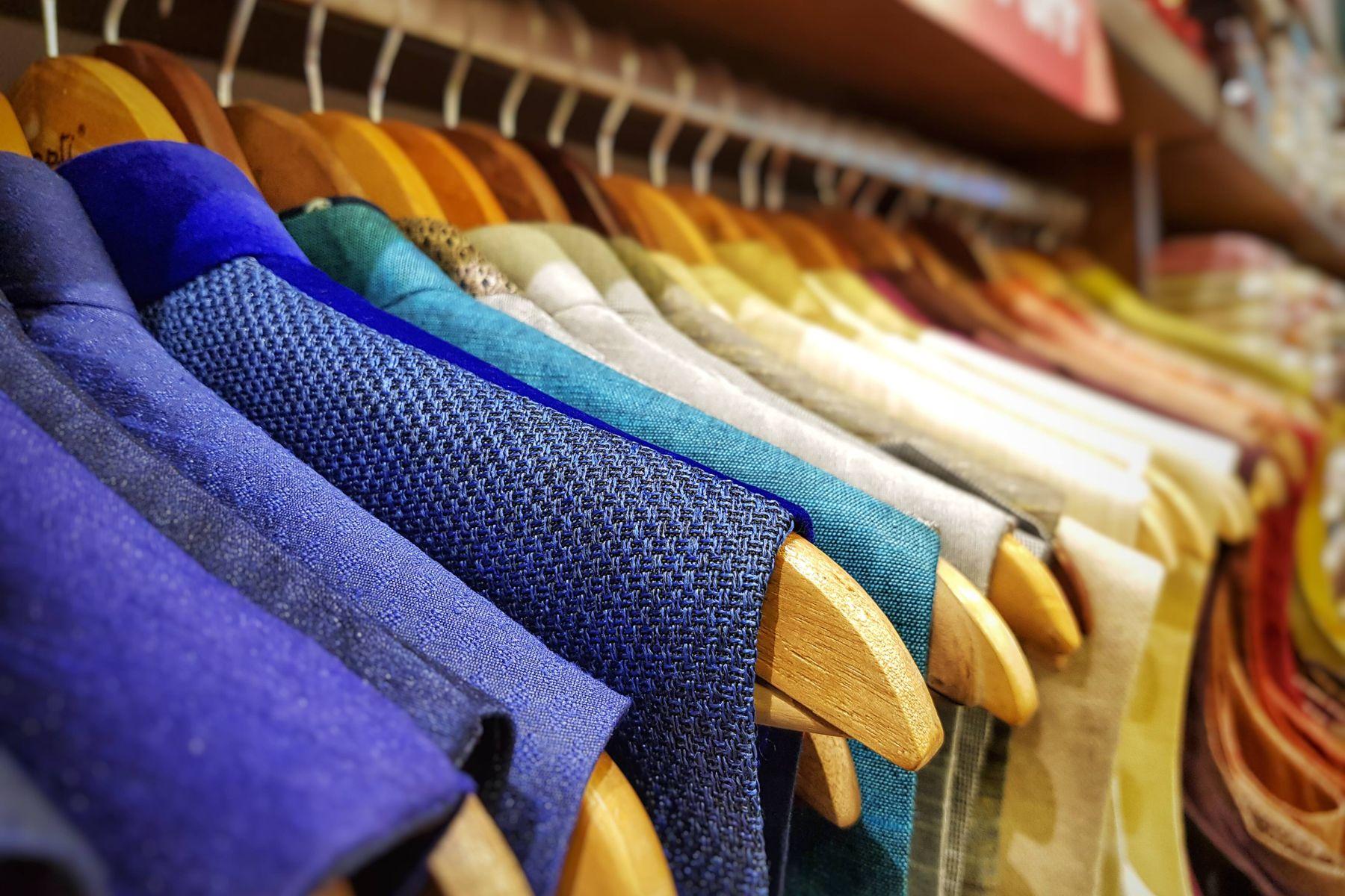 Roupas lavadas penduradas na arara em uma lavanderia