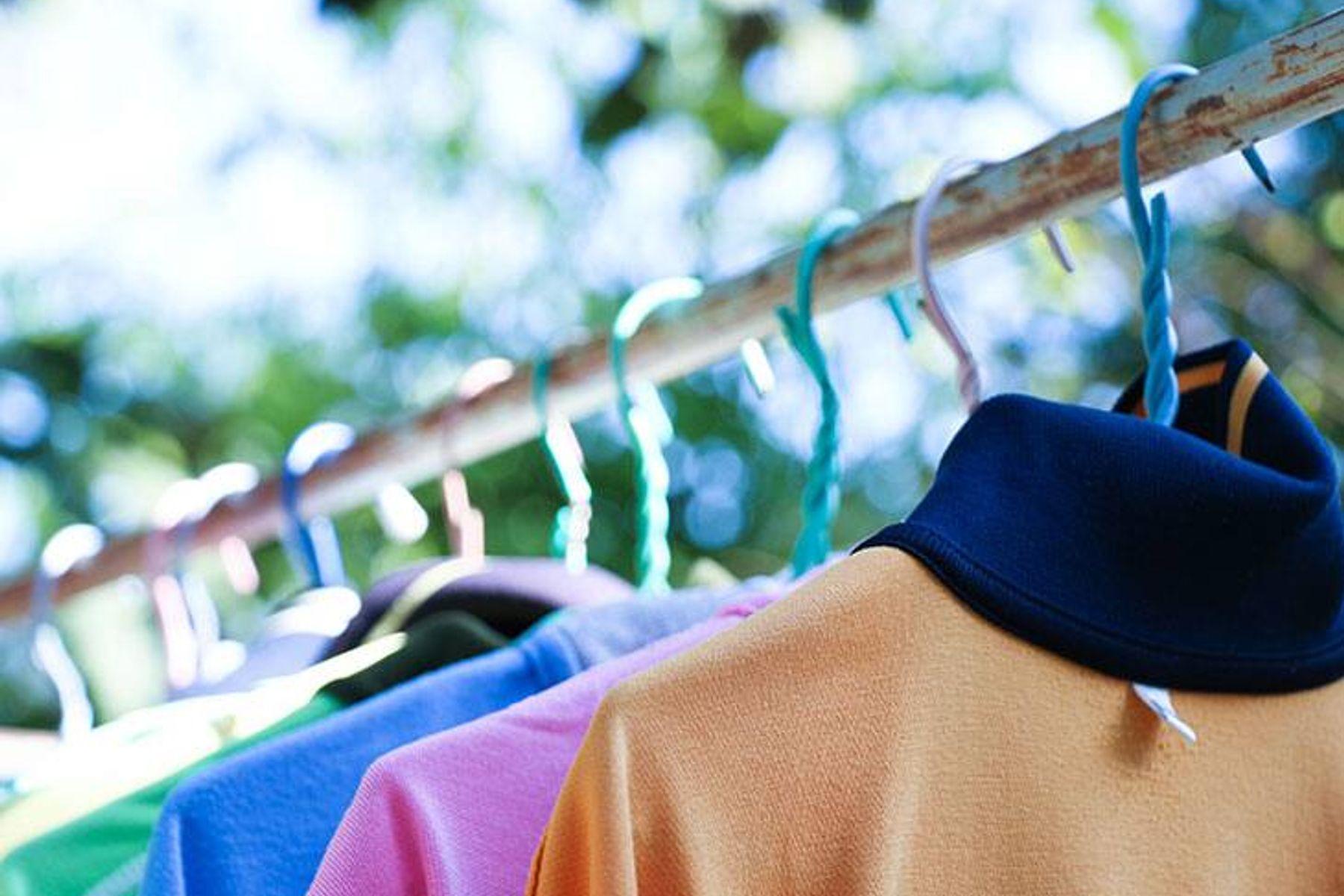 camisas y blusas colgadas y planchadas