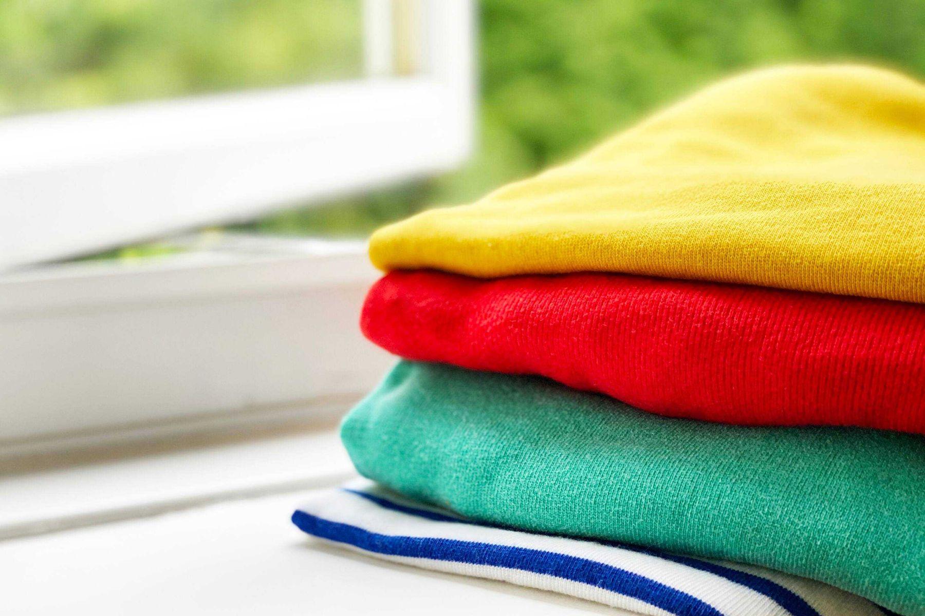 pilha de roupas coloridas em lavanderia