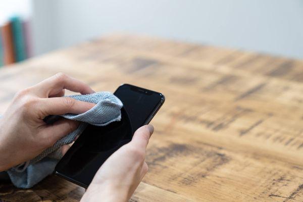 Cep telefonu bir bez ile temizlik kişi