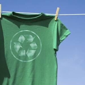 Làm sao để xếp áo thun vào tủ nhựa không bị nhăn?