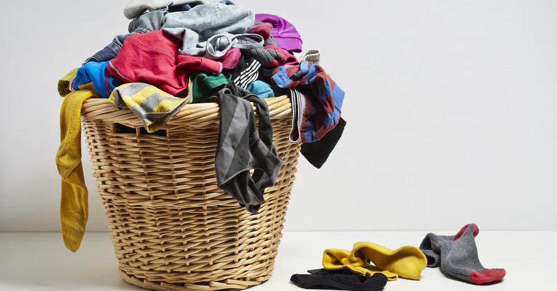 Bạn nên lộn trái quần áo để giặt giúp hạn chế tình trạng ra màu