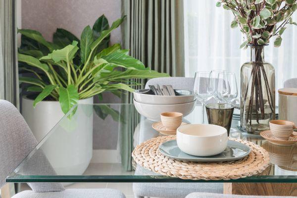 अपने कांच के टेबल पर लगे सफ़ेद धब्बों को कैसे साफ़ करें | क्लीएनीपीडिया