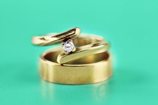 anel-de-ouro-em-fundo-verde