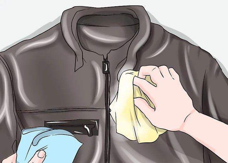 Dùng khăn khô lau sạch dung dịch làm sạch áo da