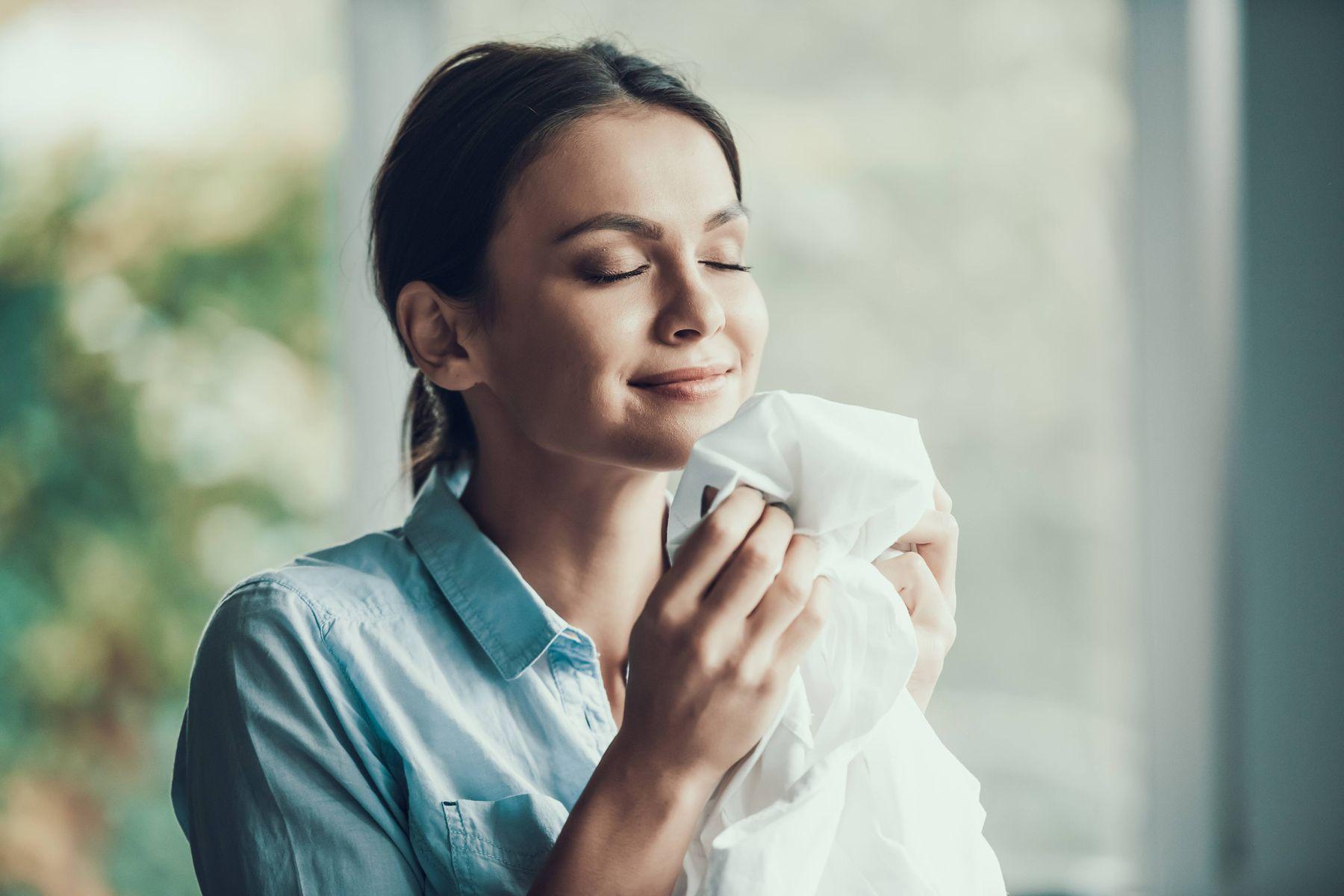 Tại sao bạn cần phải thủ sẵn một chai xịt thơm quần áo?