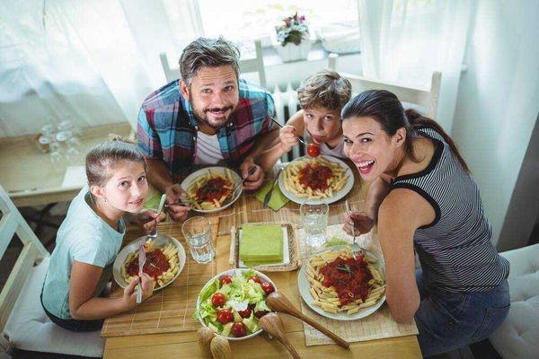 Bí quyết duy trì bữa cơm gia đình trong xã hội hiện đại