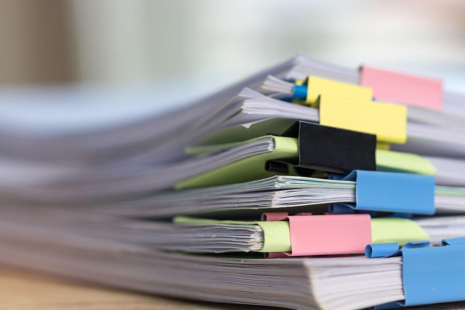 Pilha de papéis e documentos organizados e identificados