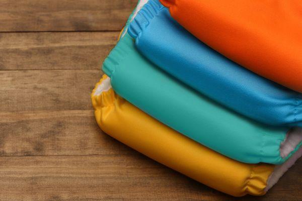 gestapelde kleurrijke en schone luiers