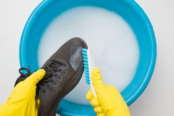 Como limpar sola de tênis e desinfetar sapatos