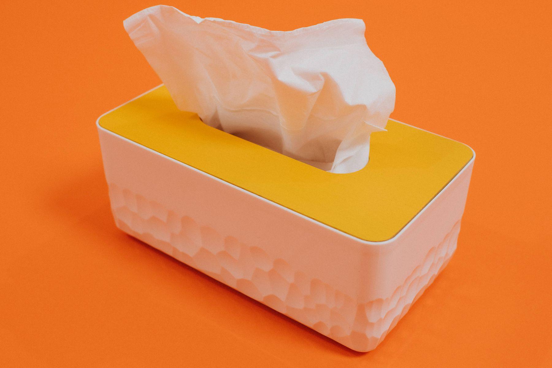 geel en Witboek weefsel doos op oranje achtergrond
