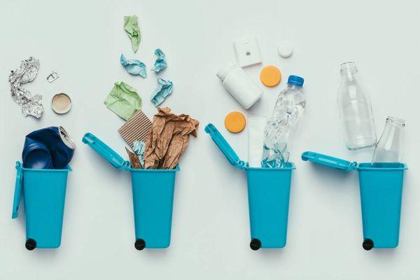 cuatro contenedores de reciclaje de color azul