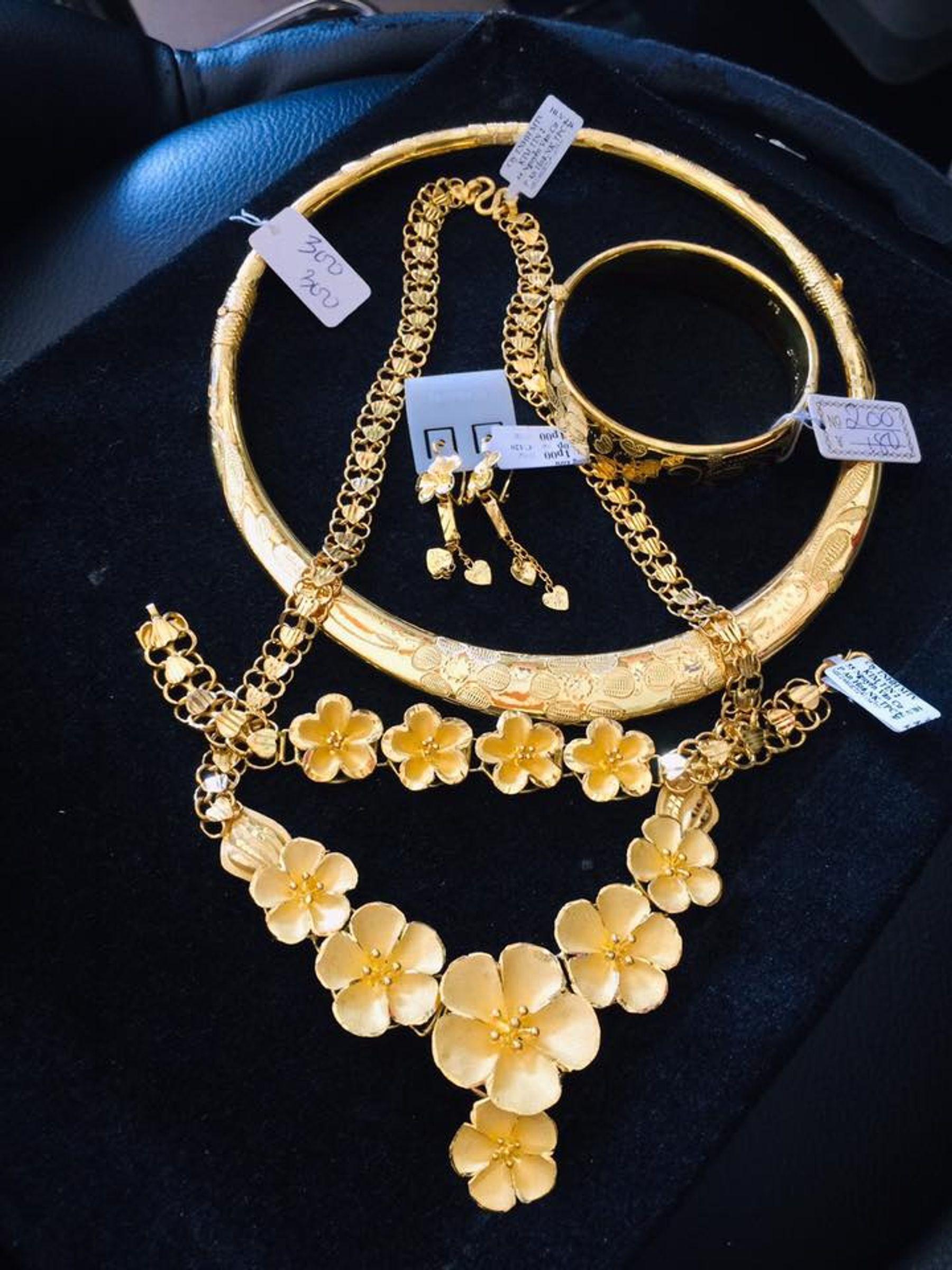 Step 2: Bộ vàng cưới cho cô dâu gồm dây chuyền vàng , kiềng vàng, lắc tay, đôi hoa tai