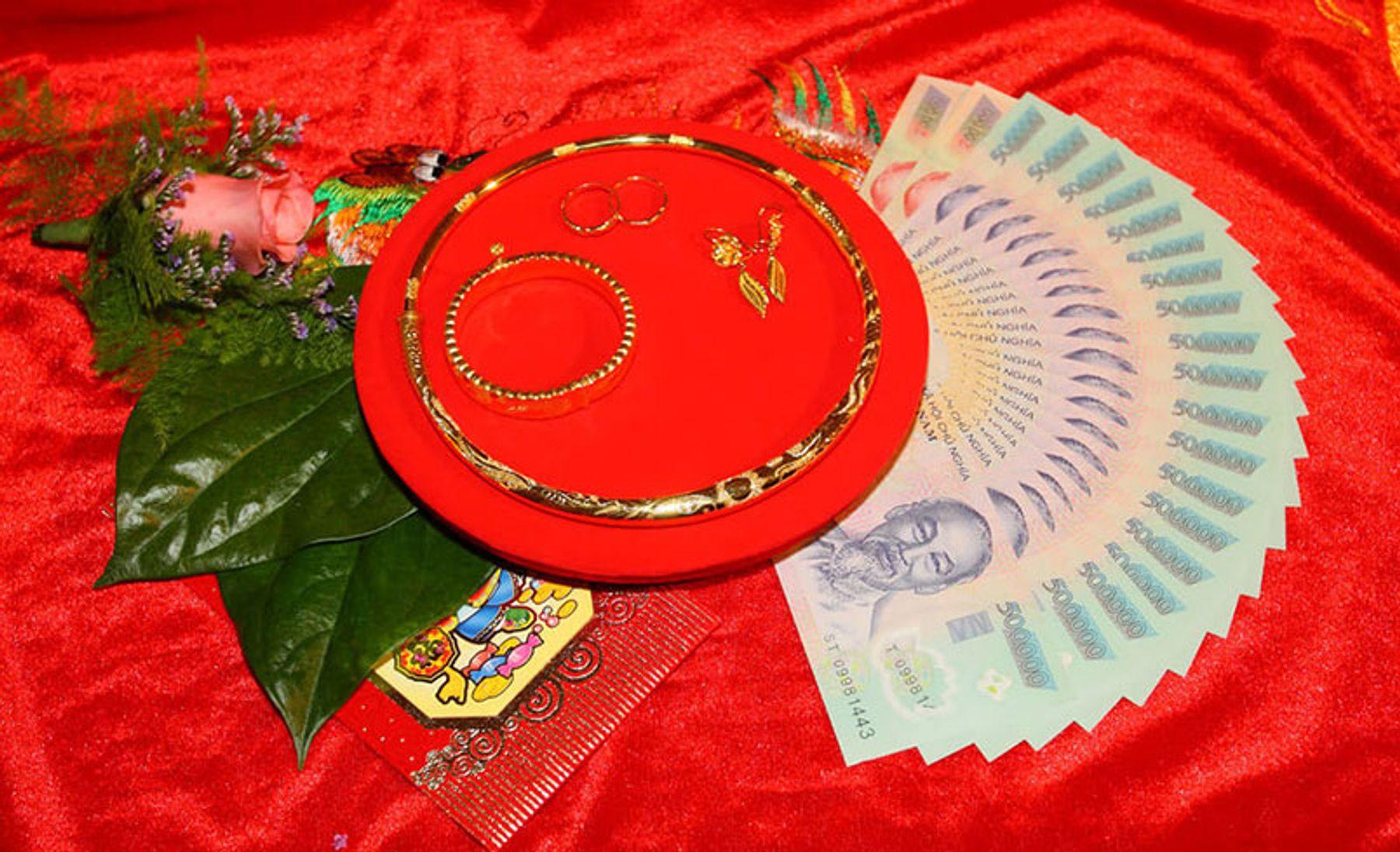 Step 1: Tiền đen nạp tài, vàng cưới: kiềng, bông tai, vòng tay, nhẫn cưới cần có trong lễ cưới hỏi