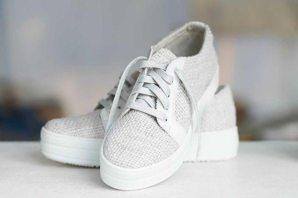 Cách vệ sinh giày trắng mùa mưa hiệu quả