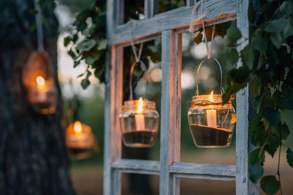 Laternen mit im Garten hängenden Glastöpfen