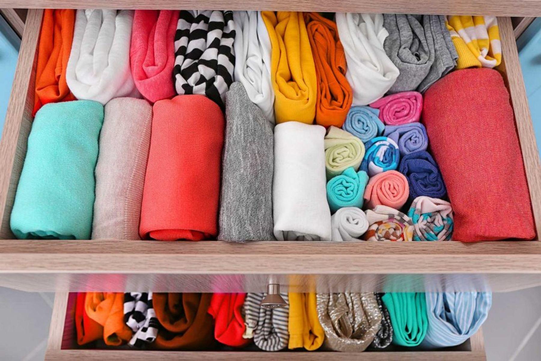 Sắp xếp quần áo thật gọn gàng