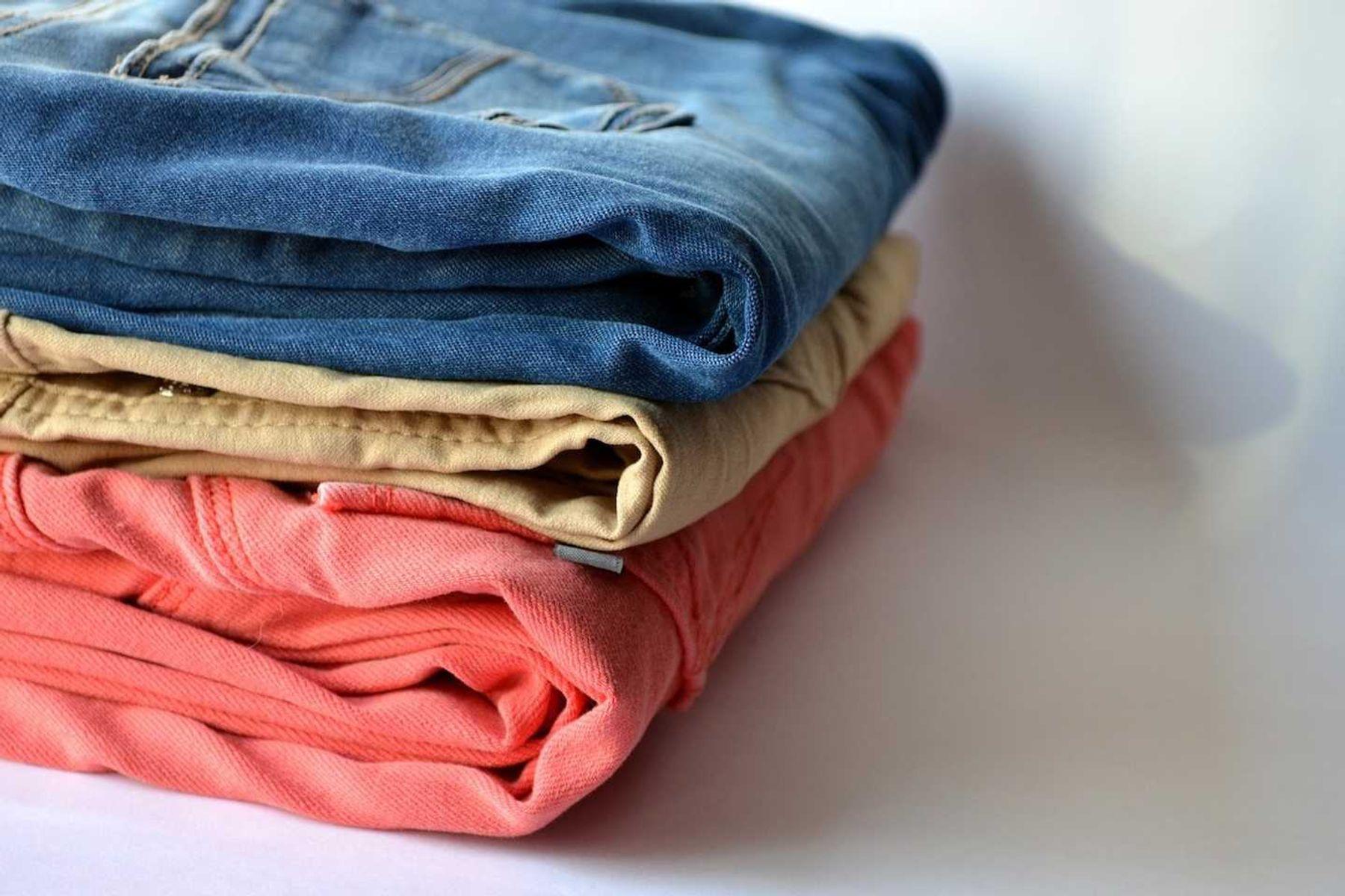 Calças jeans coloridas empilhadas