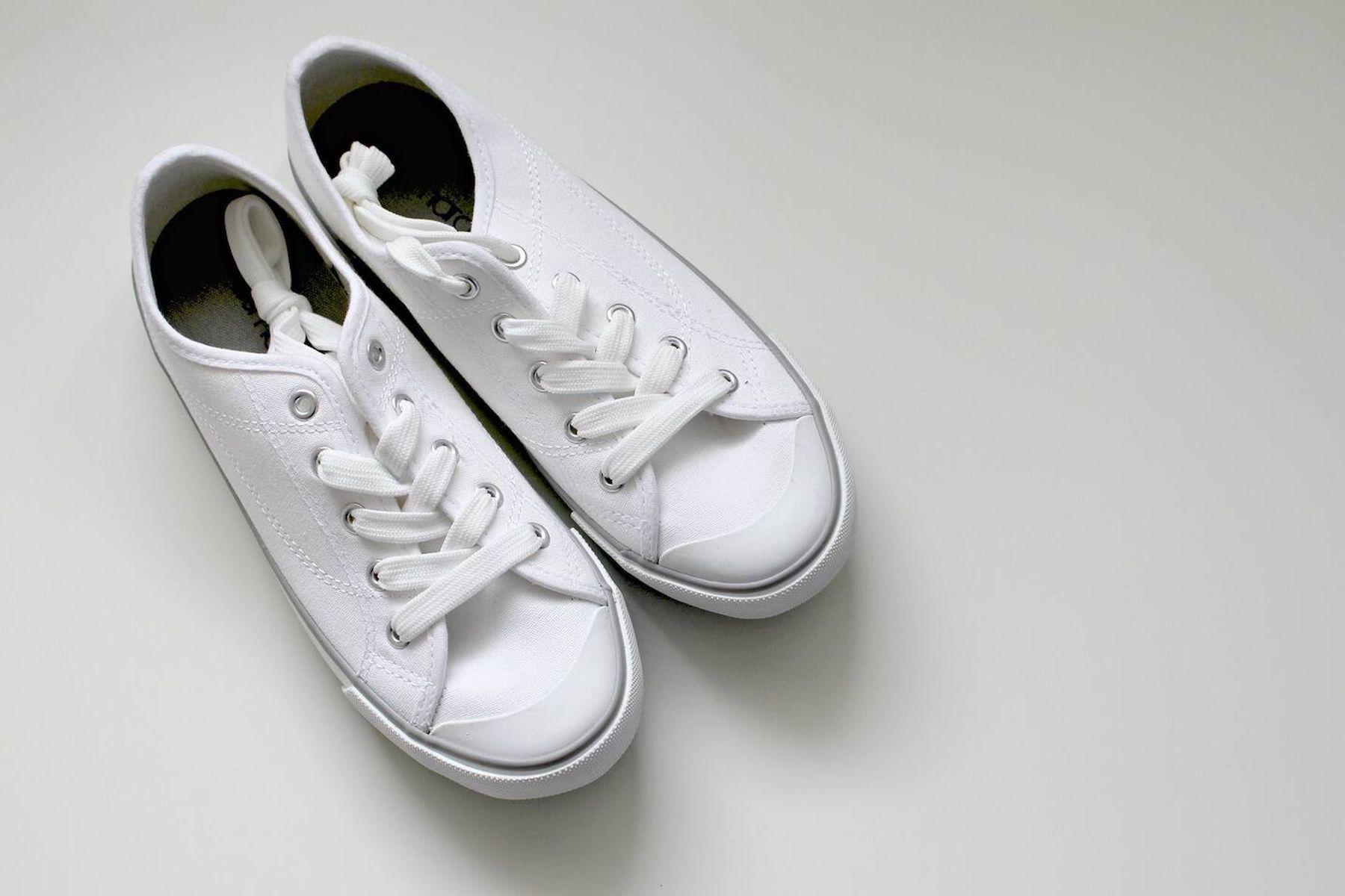 zapatillas blancas de tela limpias