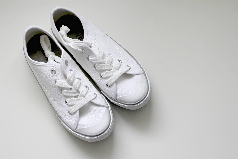 cách giặt giày vải trắng bằng kem đánh răng
