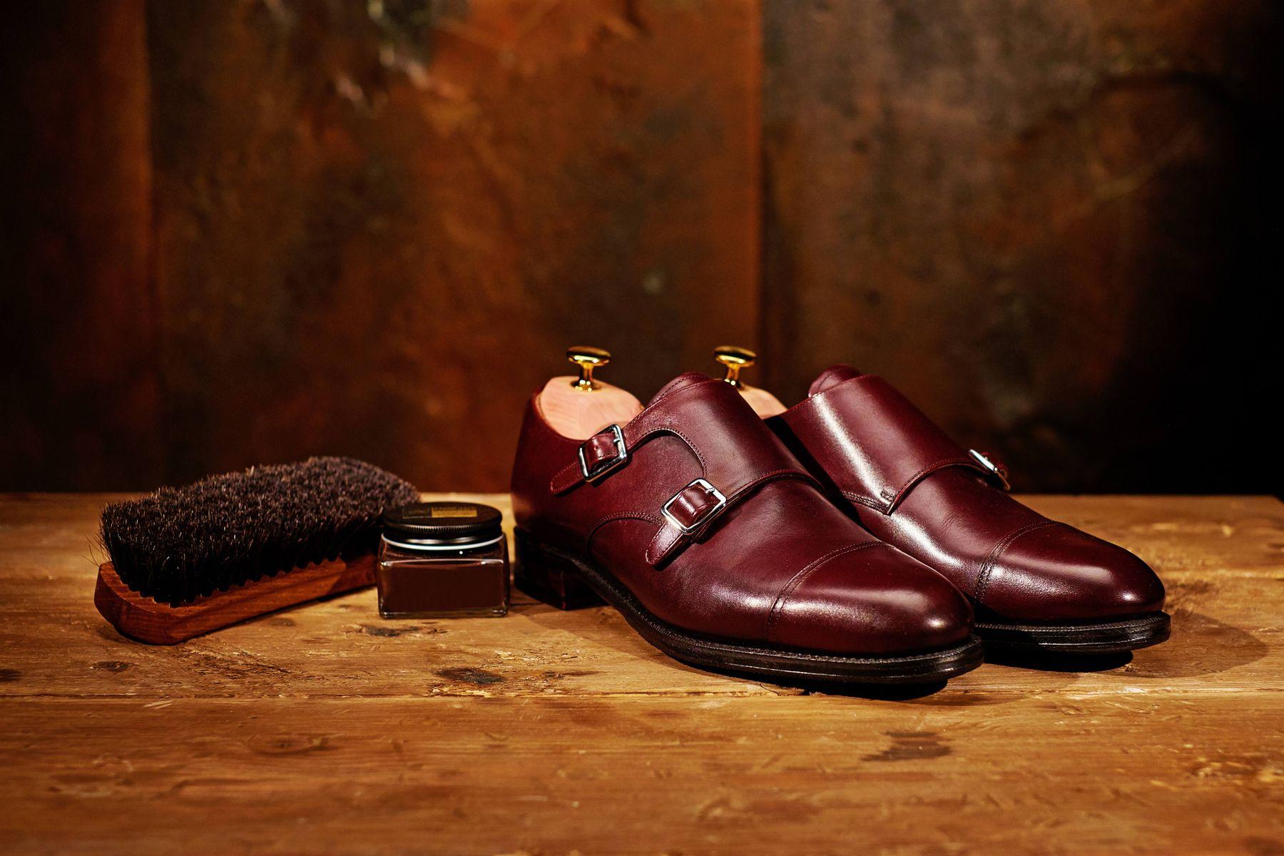 Làm gì khi giày da lộn bị bạc màu, xỉn màu?