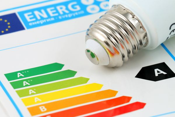 How smart meters work: A lightbub resting on a coloured graph of energy ratings