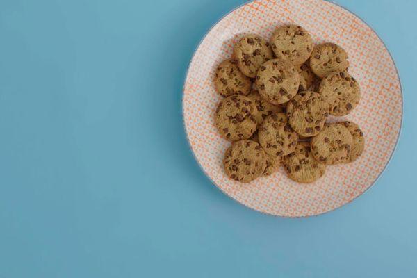 biscoitos sobre prato rosa e fundo azul