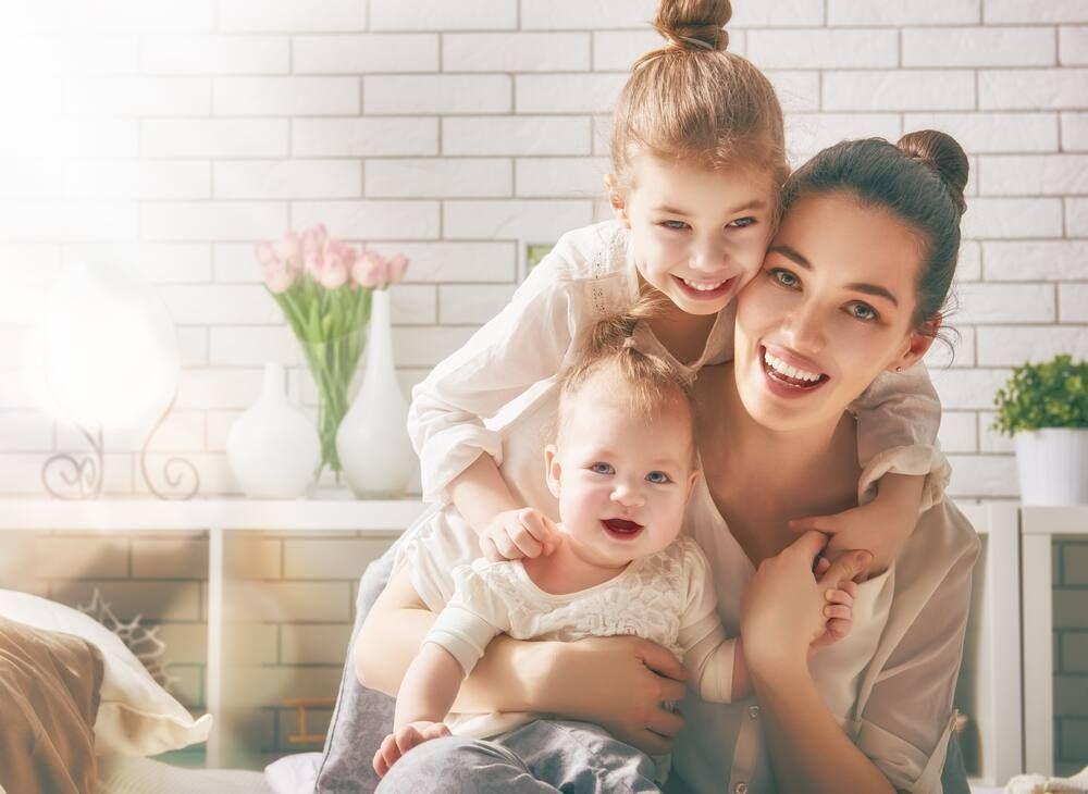 Cách chăm sóc trẻ sơ sinh mùa hè - mắc quần áo có chất liệu phù hợp