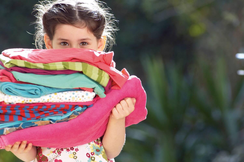 Phân loại quần áo trắng và màu trước khi giặt