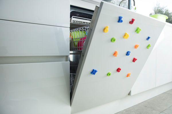 Geschirrspüler mit farbigen Magneten an der Tür