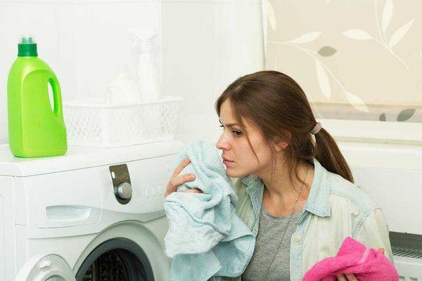 Nếu bạn nhận thấy quần áo vẫn còn mùi sau khi giặt, có thể là do bị để ẩm quá lâu trong máy sau khi đã giặt xong