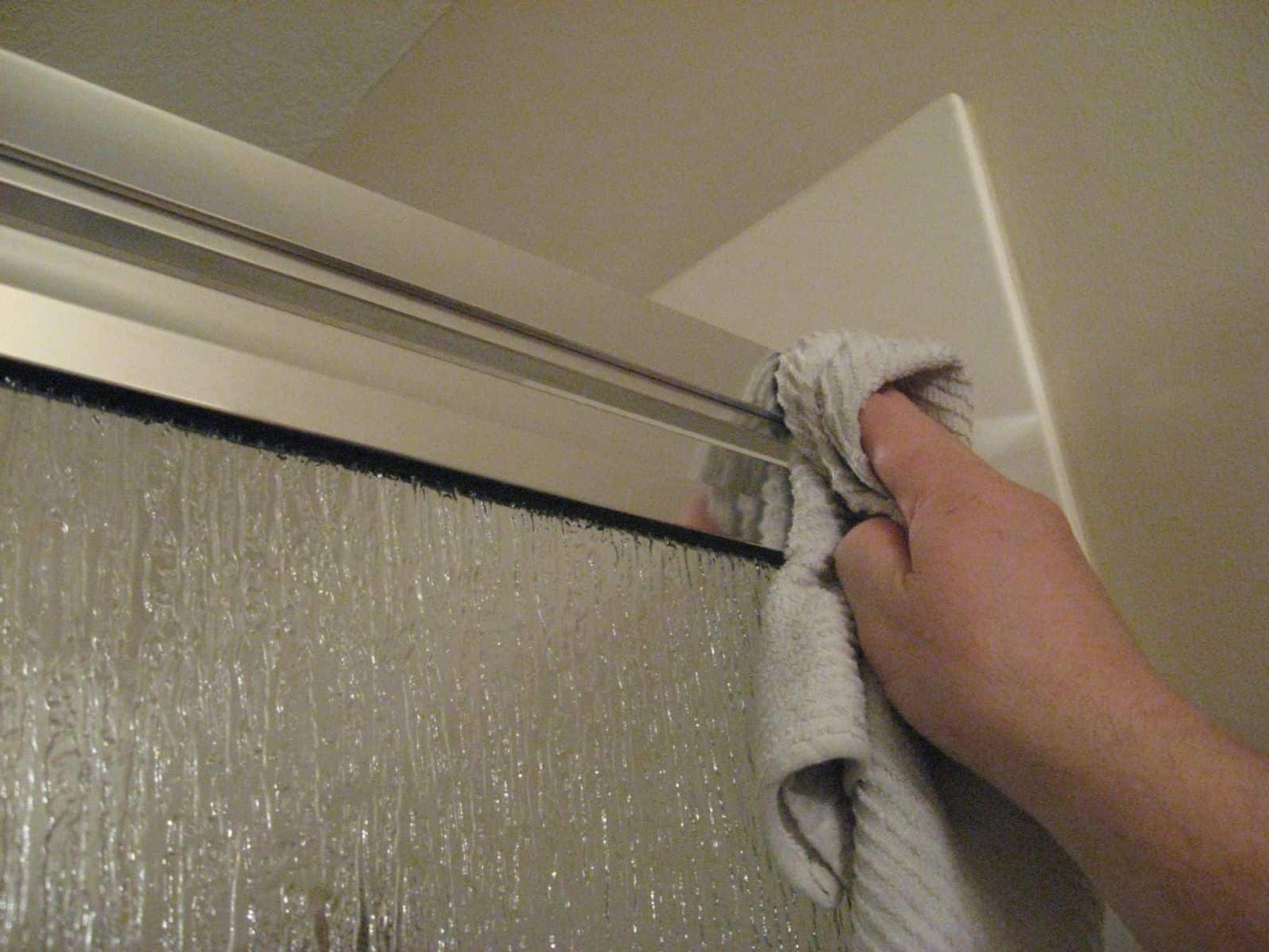 Cách tẩy sơn nước dính trên cửa nhôm