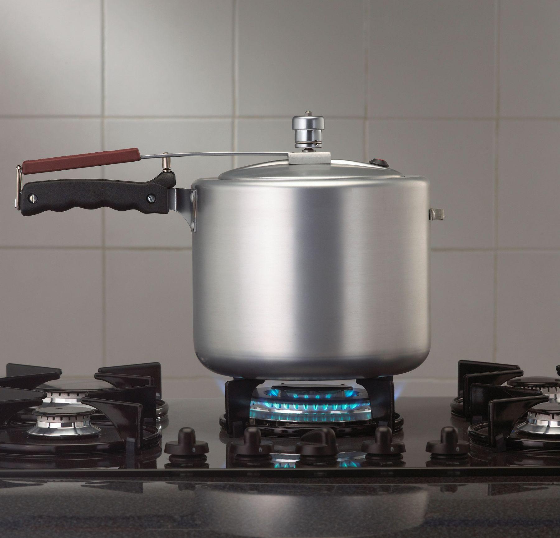Đặt nồi áp suất lên bếp cho ngay ngắn