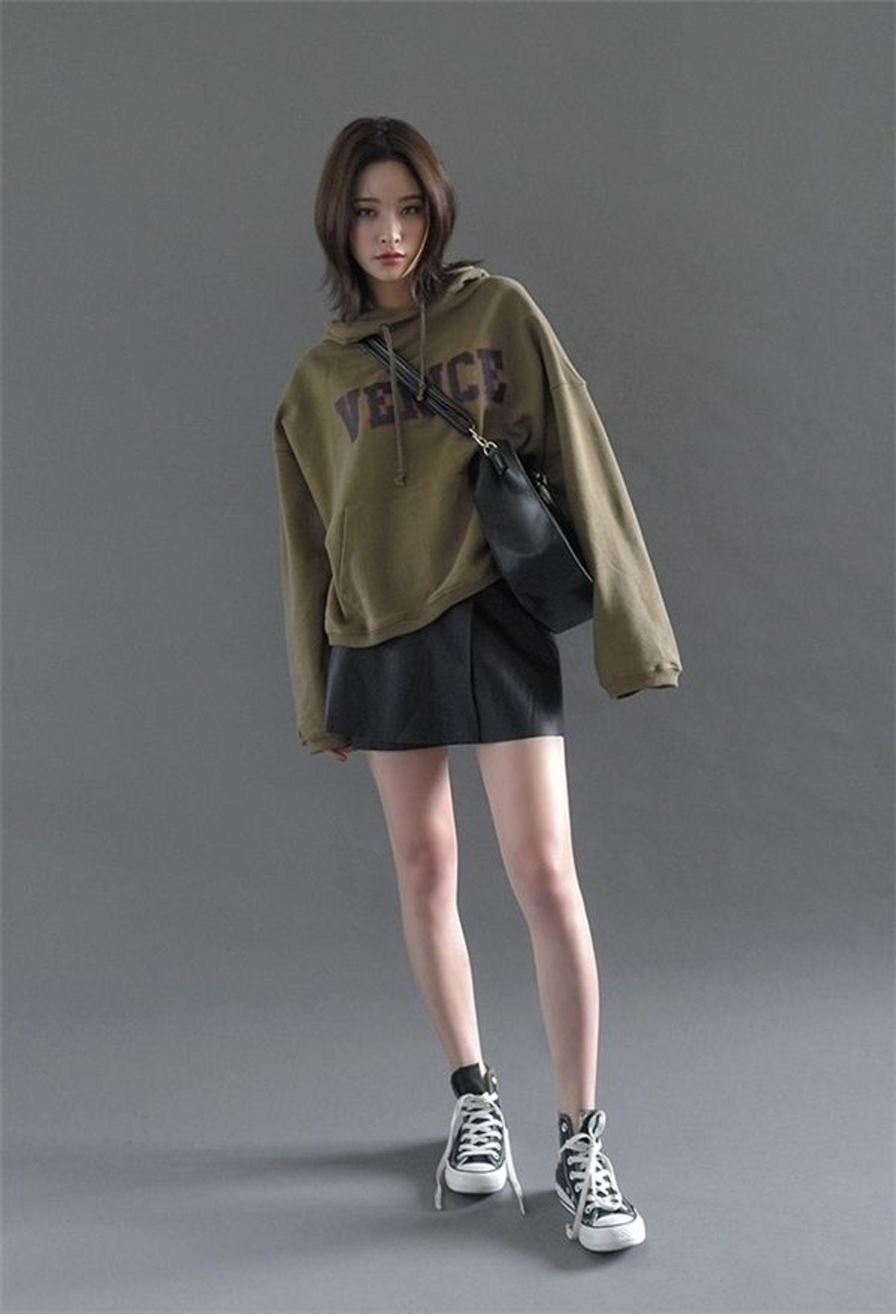 Cách phối đồ với converse cổ cao và áo hoodie cùng chân váy ngắn