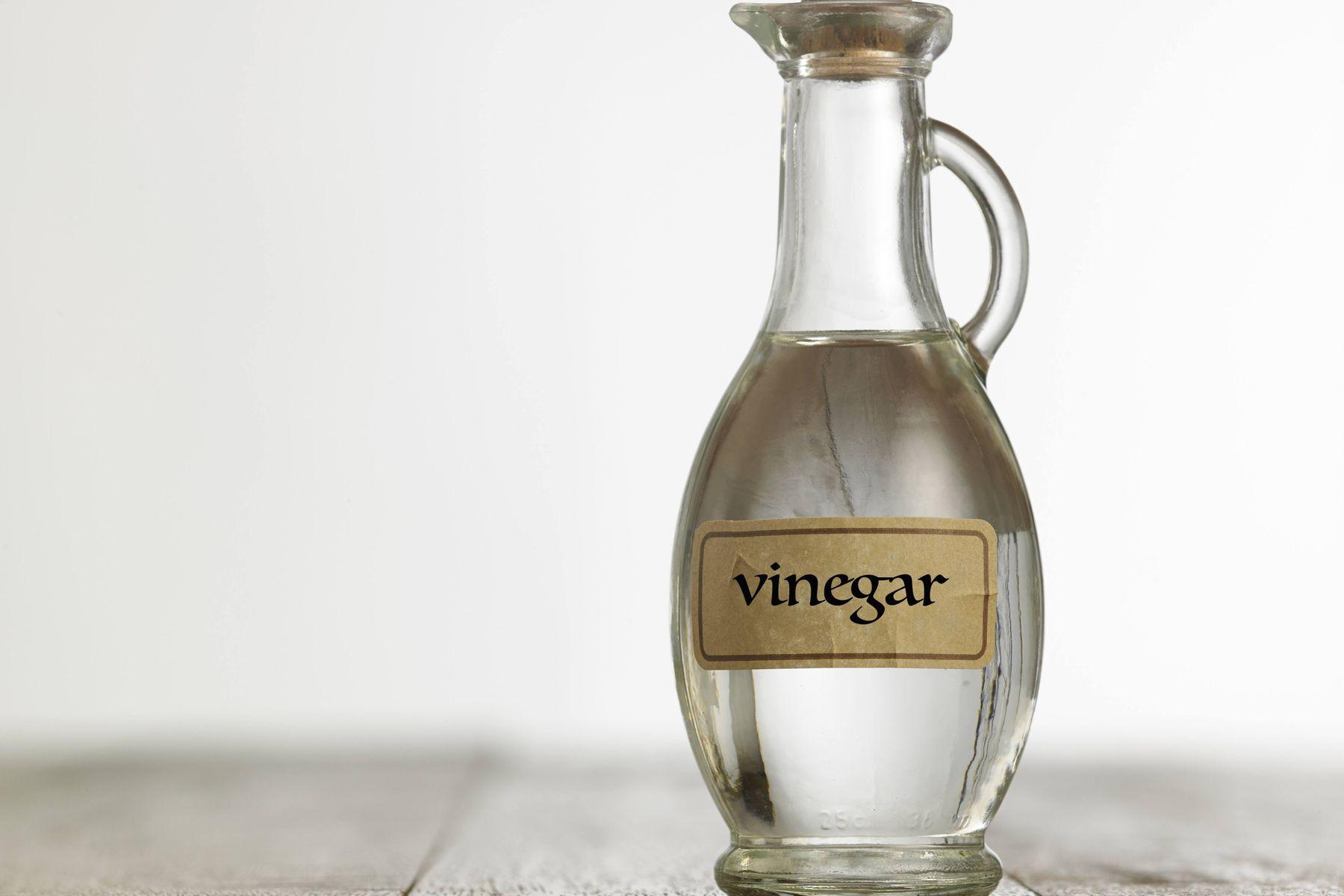 Frasco com tampa e uma etiqueta escrito vinagre